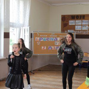 Oliwia Kondoszek II a , taniec: Anita Boba VI a, Iga Małkus VI b